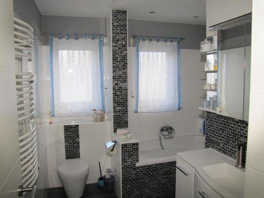 Bad mit Fenstern