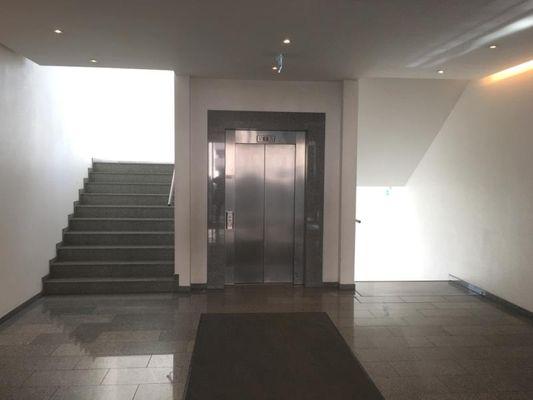 Treppenhaus mit Aufzug
