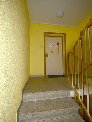 Treppenhaus und Eingangstüre
